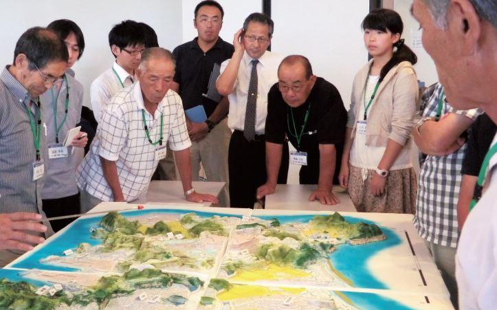Académicos,funcionarios y ciudadanos japoneses planeando la reconstrucción días después del sismo.