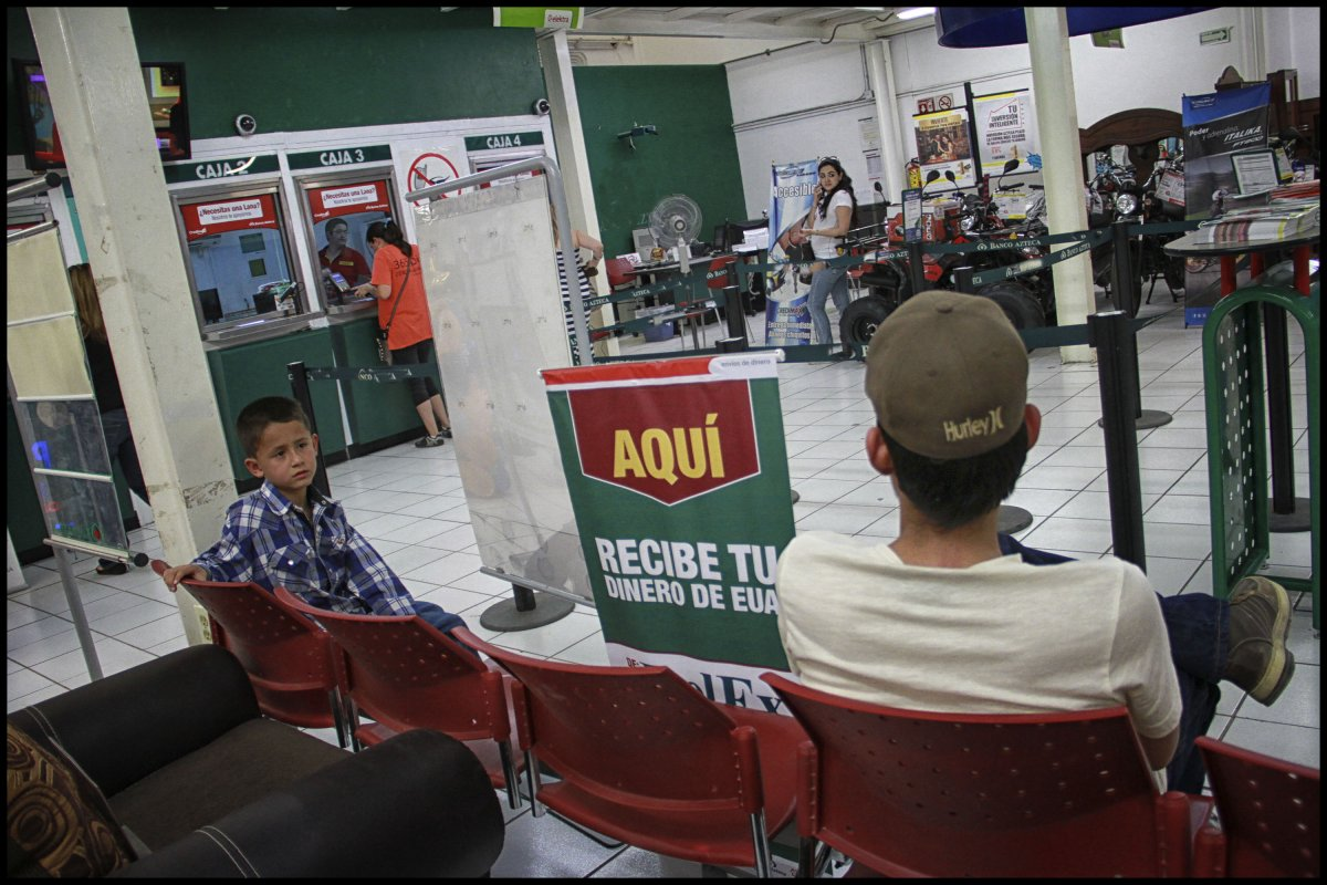 La creciente necesidad de recursos se explica porque en la constante caída que ha sufrido la capacidad de compra de los mexicanos, es decir, el valor real de su salario, contra el aumento de los precios.