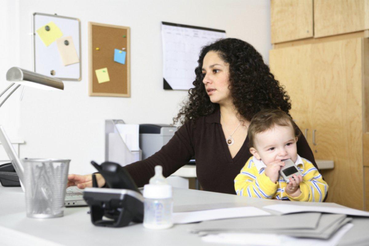 La principal razón para la baja participación de las mujeres en el mercado laboral es la maternidad