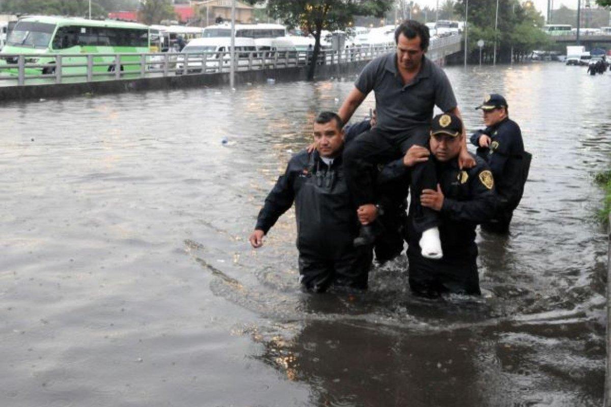 Aunque el gobierno responsabiliza a la basura del 50% de las inundaciones, para Luis Zambrano, investigador de la UNAM, eso es un poco irrelevante.