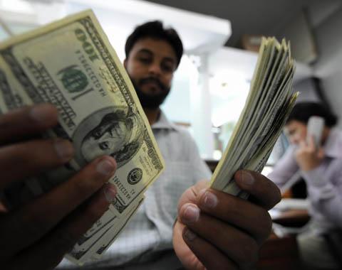 Las estimaciones indican que la caída acumulada de remesas en 2013 sería entre 5.5% y 4.5%, respecto a 2012.