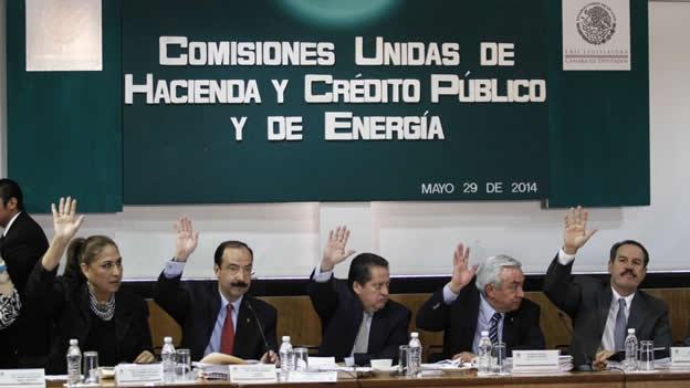 En el seno de un acalorado debate, la izquierda acusó a priistas y panistas de desmantelar a la CFE.