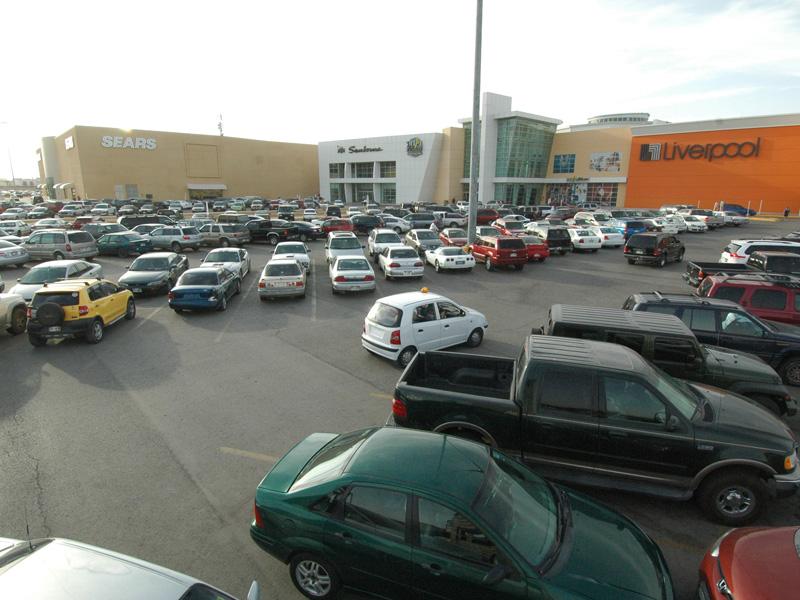 El estacionamiento del centro comercial