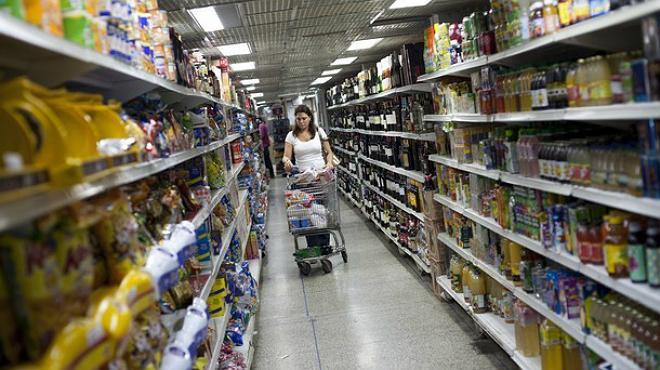 Los comerciantes minoristas emplearon a 4.6% trabajadores más en julio a comparación anual