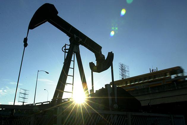 Aunque el precio del petróleo este cayendo, a México le beneficiará la paridad cambiaria que en la Ley de Ingresos se estimó en 13.40 pesos por dólar, asegura diputado.