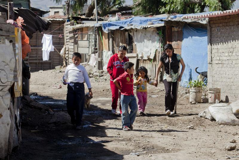 La canasta alimentaria promedio cuesta 1,264.92 pesos, mientras que Coneval reporta que el ingreso laboral promedio de un mexicano es de 1,189.91 pesos al mes.