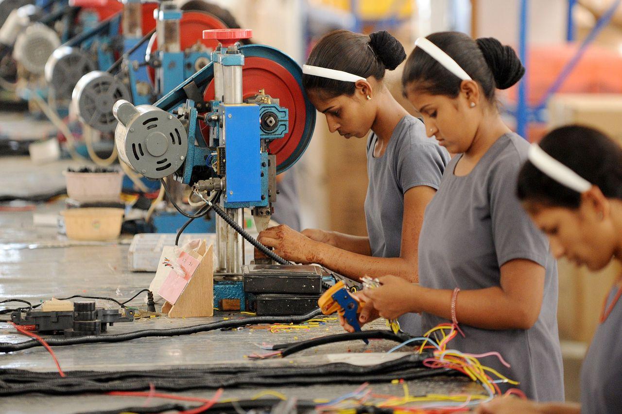 Las remuneraciones medias cayeron 0.9% en las industrias manufactureras.