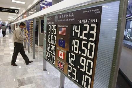 De acuerdo con las opiniones recogidas entre 40 expertos, se prevé que el dólar llegue a cotizarse a 13.48 pesos al final de año.
