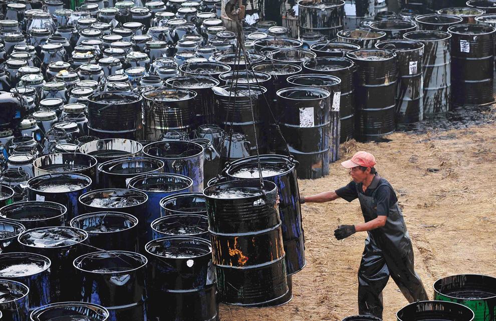 En los últimos diez años la producción de petróleo crudo ha disminuido 27% al pasar de 3.3 millones de barriles diarios en 2005 a 2.4 millones en 2014.
