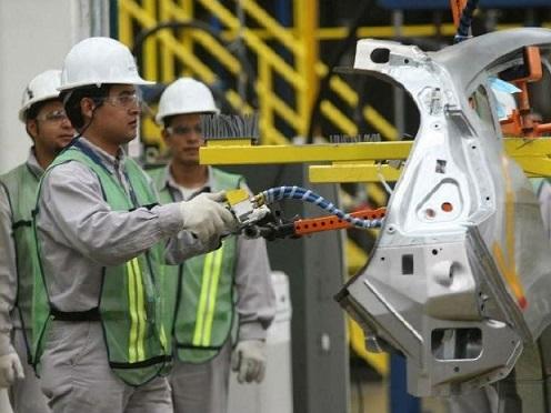La industria manufacturera mexicana ha contratado a más obreros pero con menos salarios.