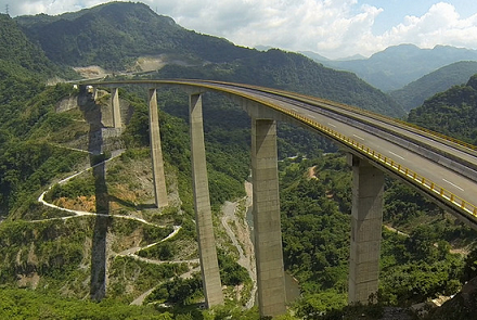 Ahora mismo se construyen 25 autopistas, aunque sólo 15 quedarán listas en 2015.