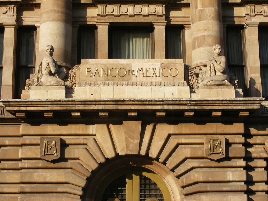Actualmente en el Senado se encuentra pendiente de resolución una propuesta impulsada por el presidente Enrique Peña Nieto para desvincular el salario mínimo de multas y pagos.