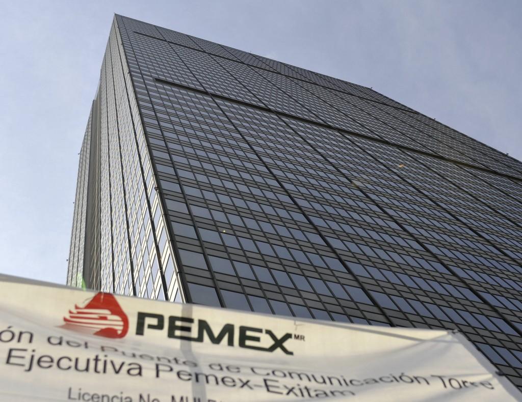 Pemex reducirá su producción a 2.2 millones de barriles diarios desde los 2.4 millones programados en el Presupuesto de Egresos.