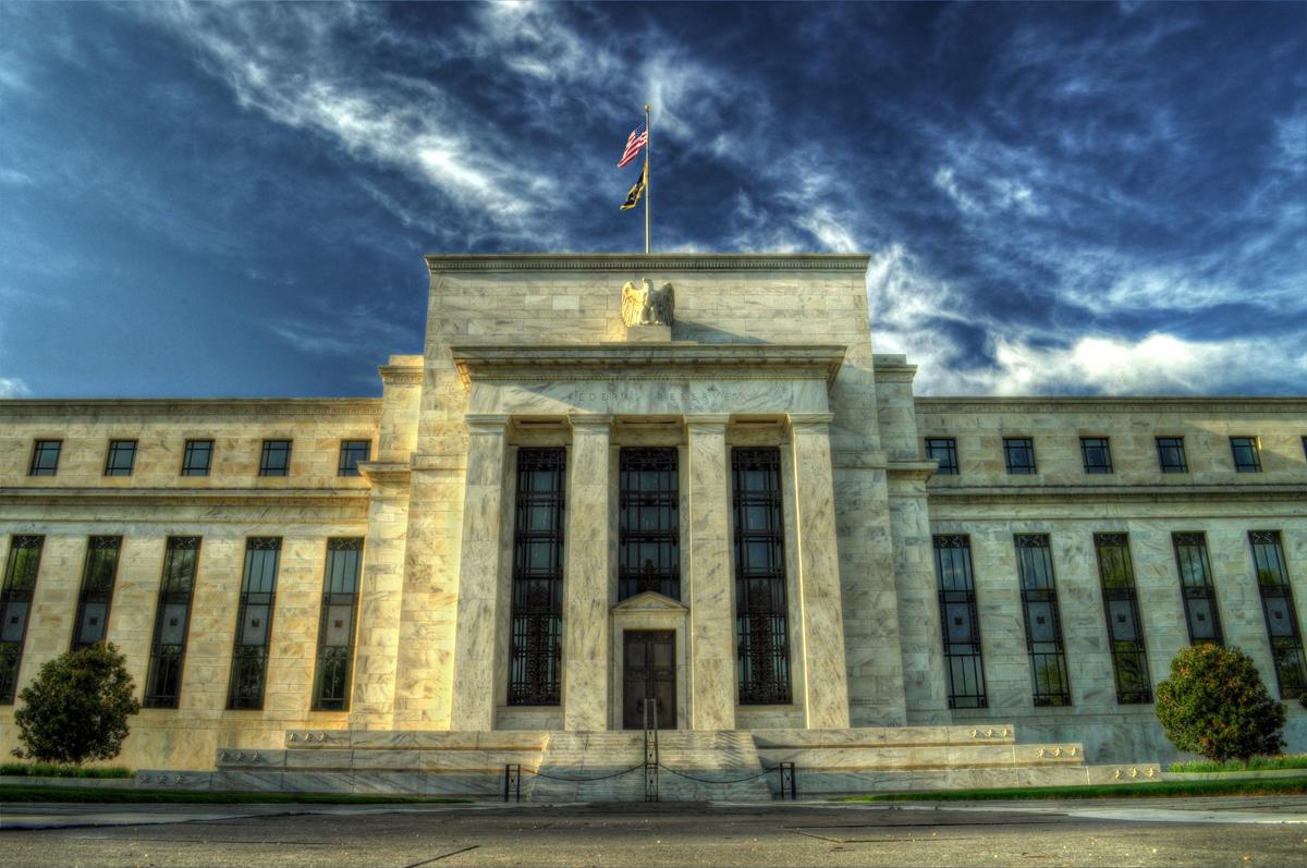 Tanto desde fuera como desde adentro de EU la Fed recibe presiones para mantener las tasas de interés en cero.