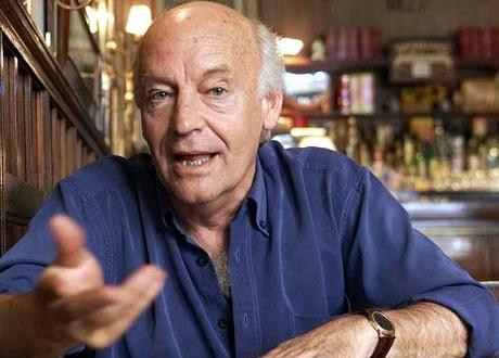Eduardo Galeano fue exiliado de Uruguay y Argentina durante la época de dictaduras en América Latina, además en esta época su obra fue prohibida en dichos países.
