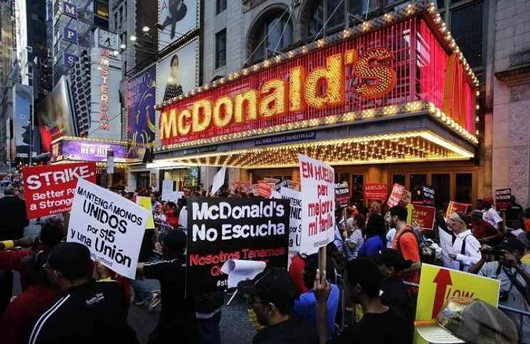 Previo a este anuncio otros condados ya habían realizado protestas sociales al respecto para pedir a empresas de la industria de la comida rápida alza en los salarios .