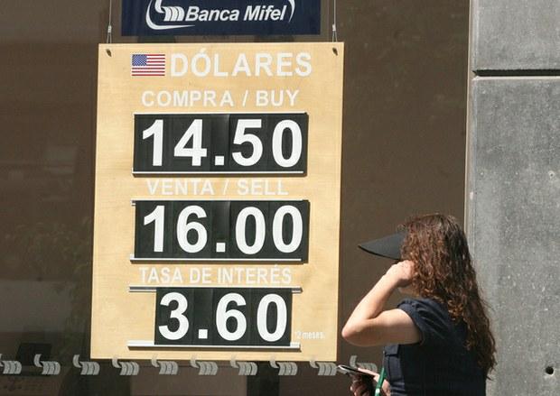 Prevalece la incertidumbre y en el mercado al menudeo la divisa estadounidense se negoció a 15.98 pesos al cierre de la jornada
