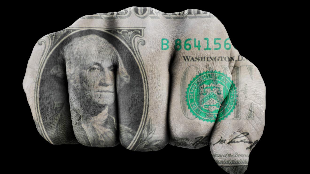 El posible incremento en las tasa de interés en EU ha hecho a los inversionistas mirar al dólar y dejar de lado al oro.
