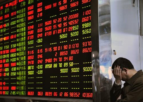 En Asia, el Shanghai Composite de China cerró la jornada con una pérdida de 2.93% y en Hong Kong el Hang Seng retrocedió 0.49%.