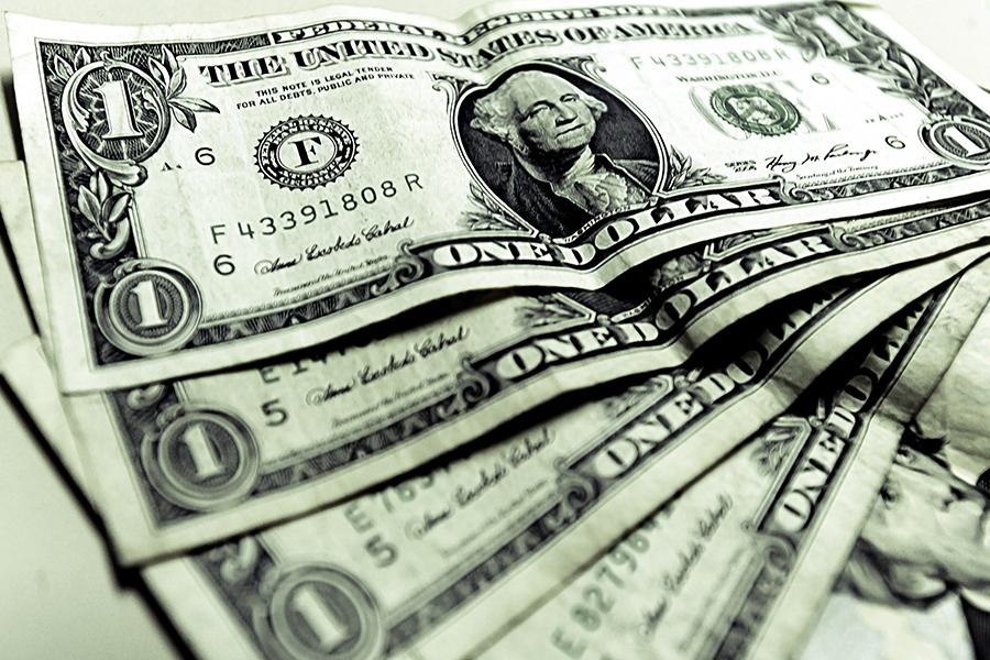 Banxico incrementa subasta de dólares de 52 a 200 millones de dólares para frenar la caída del peso.