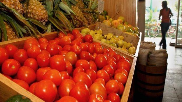 En la primera quincena el precio del jitomate se incrementó 7.41% y el de la cebolla 11.74%; el INPC de forma quincenal aumentó 0.32%.
