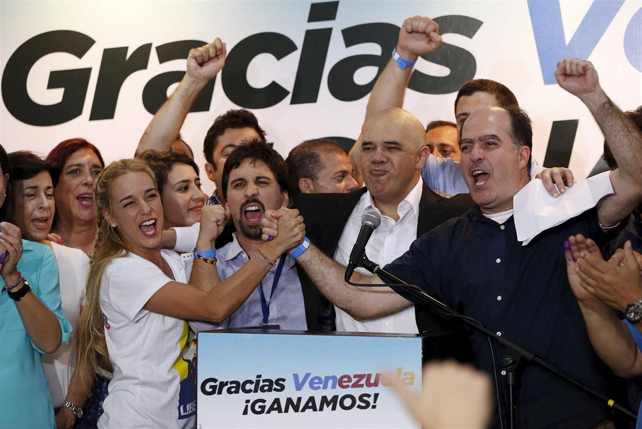 La Mesa de Unidad Democrática logró 99 escaños para sus diputados en la Asamblea de Venezuela, mientras que el Partido Socialista Unido de Venezuela, 46 puestos.