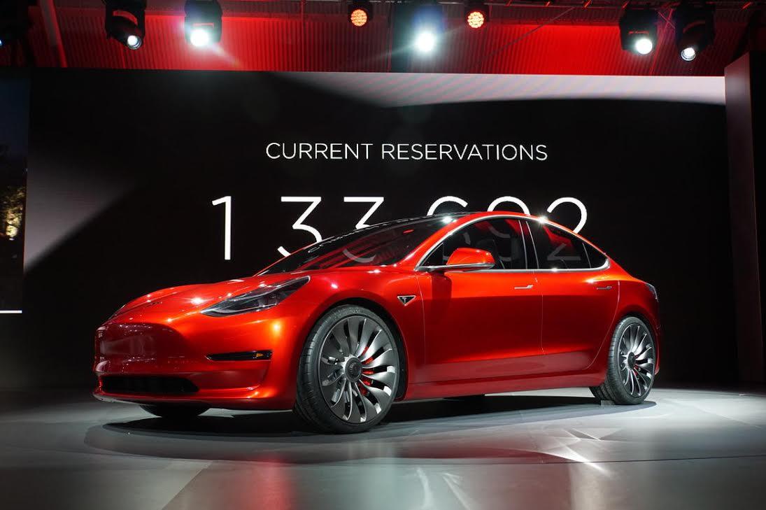El Tesla Model 3 fue presentado el 31 de marzo en Palo Alto, California, y hasta el momento ha recibido 325 mil pedidos.