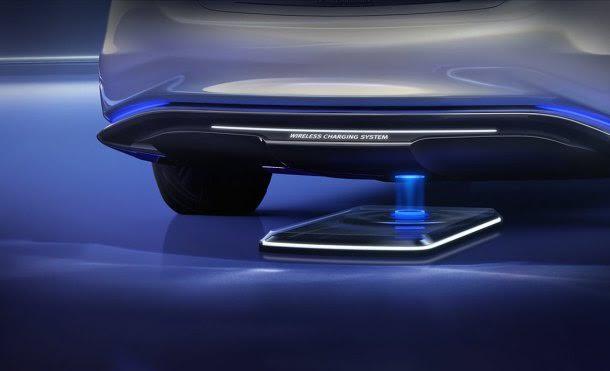 Gracias a una placa ubicada a ras del suelo, los vehículos pueden recargar sus baterías simplemente estacionándose sobre ellas.