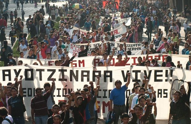 Ayotzinapa se convirtió en un símbolo de muchos otros crímenes... y resume la ilegalidad y la violencia de una guerra contra las drogas que ha dado lugar a un estimado de 150 mil muertos, escribe The New Yorker