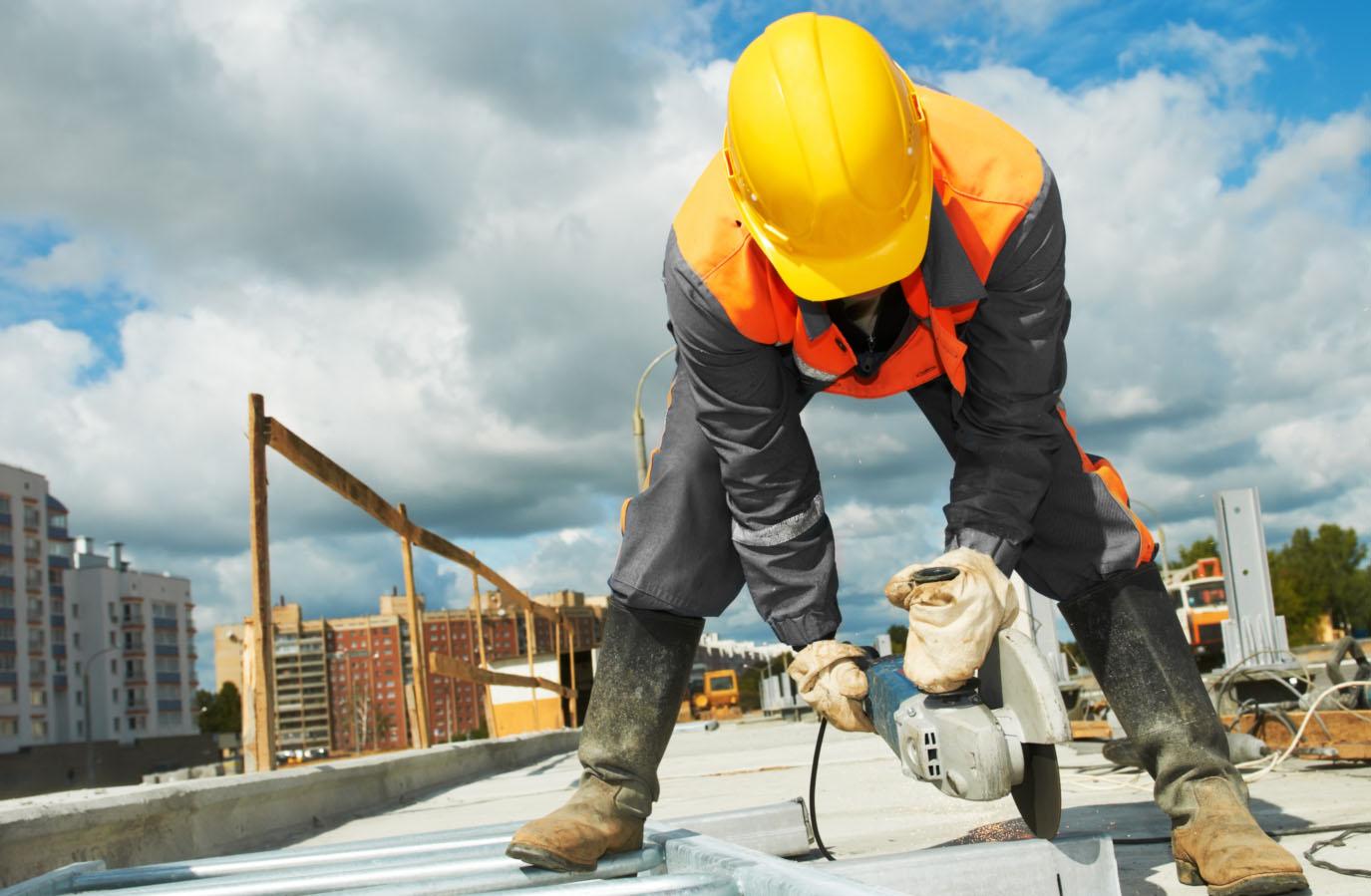 Las remuneraciones del sector constructor se estancaron y las contrataciones disminuyeron 3.6% mensual en abril.