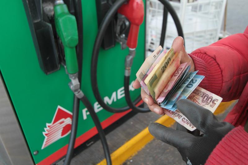 El próximo año los mexicanos pagarán 15.37 pesos por litro de gasolina magna El precio del combustible incrementará porque su principal insumo, el petróleo, también lo hará.