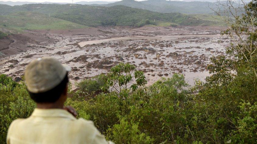 El daño más conocido que ha causado la empresa es el colapso de un tranque de relaves de una minera propiedad de BHP Billition y de Vale que contaminó 663 kilómetros del río Doce en Brasil