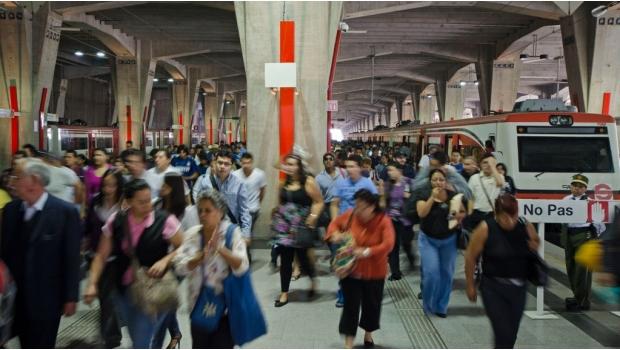 Menos de 200 mil pasajeros al día tiene el tren suburbano.