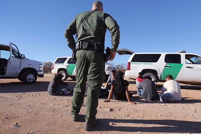 El gobierno de EU asegura que detiene y deporta menos migrantes que la anterior administración.