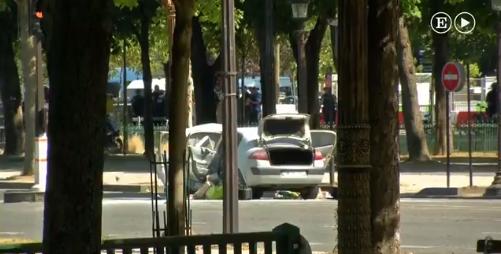 Automovil choca en los Campos Elíseos de París / F: Captura Twitter @el_pais