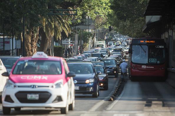 Aquellos vehículos que tengan un holograma 00 doble cero, 0 cero o Exento, o con permisos especiales pueden circular todos los días a cualquier horario.