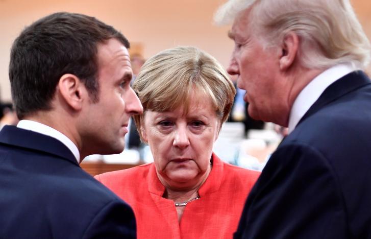 En la imagen se puede ver, de izquierda a derecha, a Emmanuel Macron, Angela Merkel y Donald Trump.