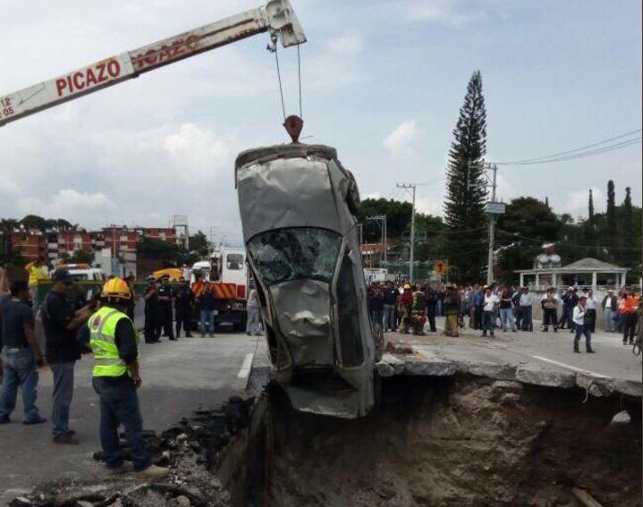 Vecinos advirtieron a la SCT que el cause del agua estaba por derrumbar el muro.