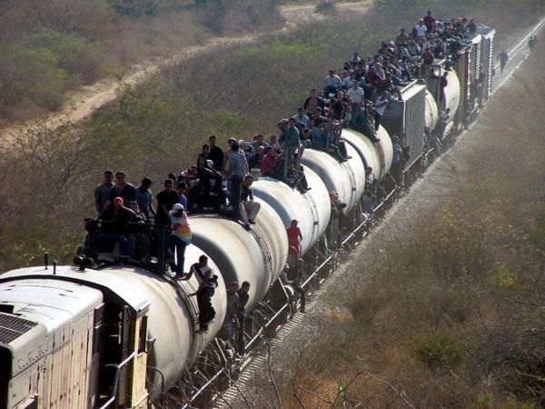 Millones de mexicanos indocumentados traspasan la frontera con Estados Unidos; además México es país de paso de migrantes centroamericanos.