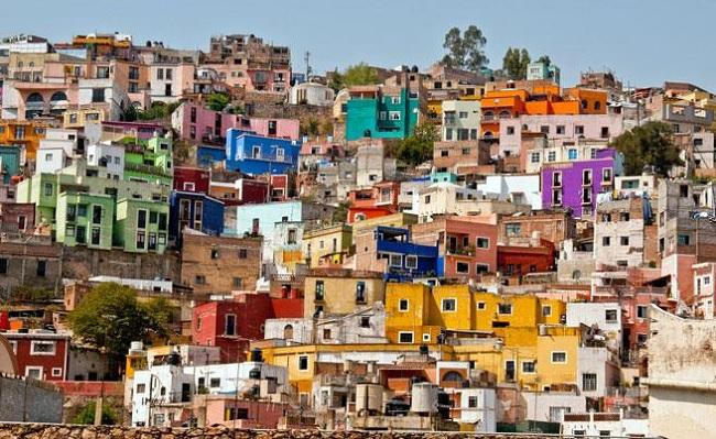 Vieja y austera, pero suficiente, así es la casa del mexicano promedio.