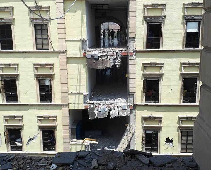 Entre estudiantes y profesores lograron rescatar a cuatro personas de los escombros antes de la llegada de la Marina.