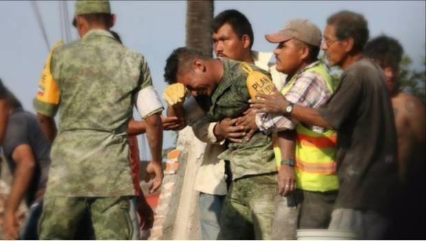 Soldado sufre tras sacar los cuerpos sin vida de una madre y su hija.