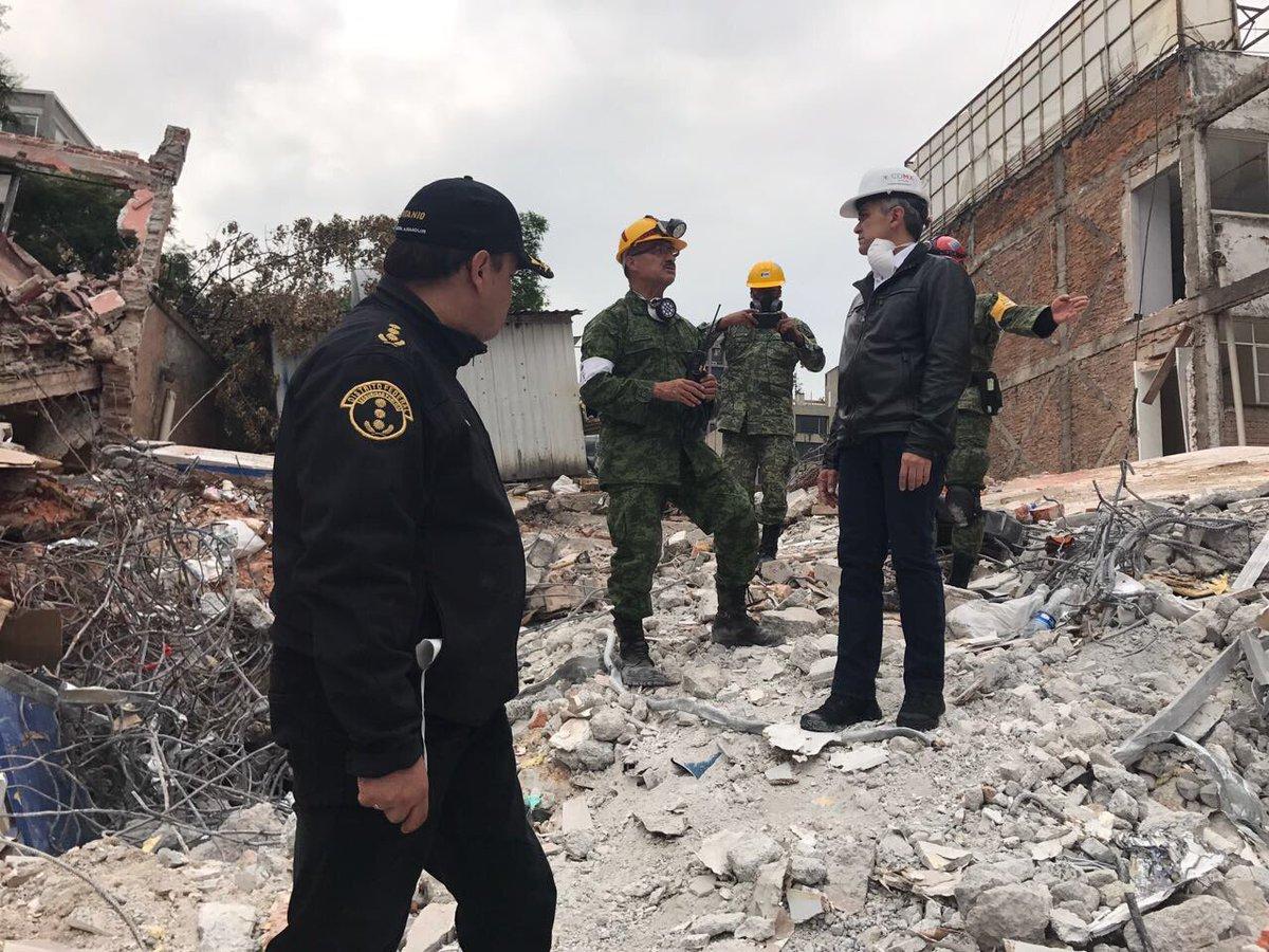 Esta imagen fue poco común: el jefe de Gobierno, Miguel Ángel Mancera, visitando las zonas afectadas por el sismo del 19-S.