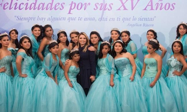 La esposa del presidente, Angélica Rivera, organizó la celebración de XV años de las niñas de la casa hogar Graciela Zubirán Villarreal en diciembre de 2015.