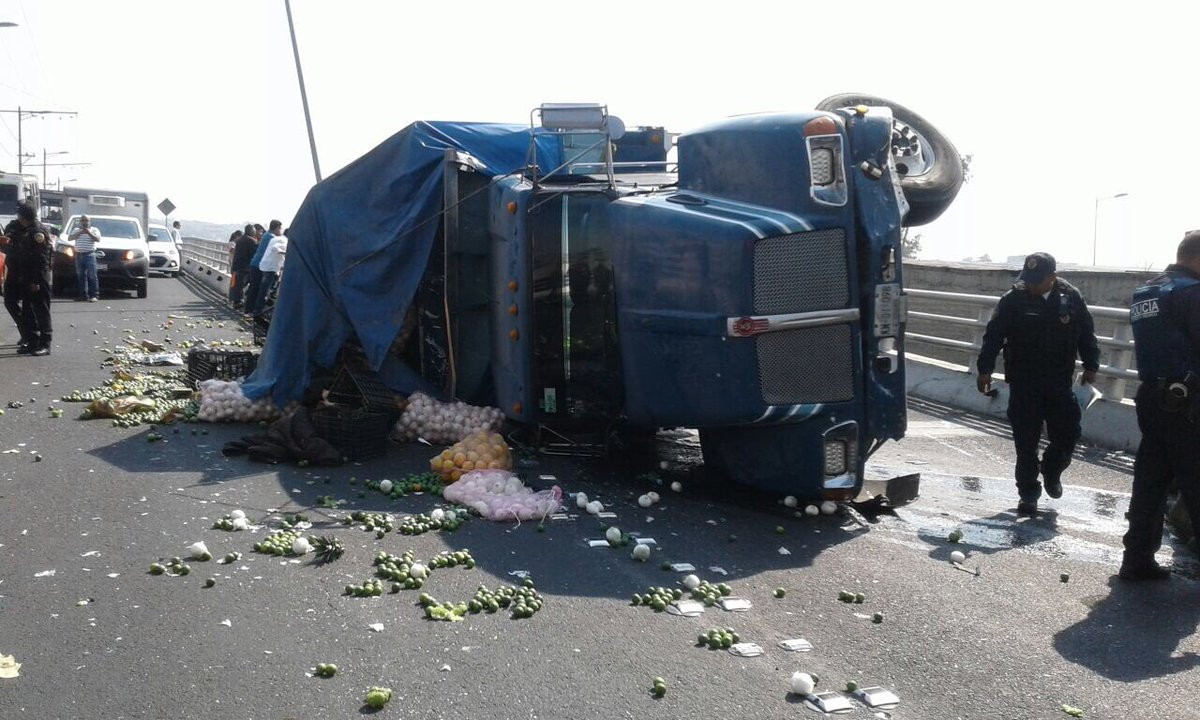 Foto: Camión se volcó en Eje 3 y Av. Taxqueña/Twitter @MrElDiablo8