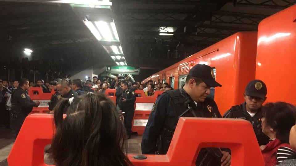 Riña en el vagón del Metro Romero Rubio. Foto:  Twitter @HolaVenus
