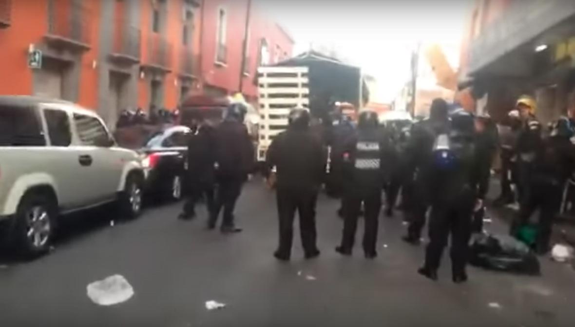 Enfrentamiento entre comerciantes y policías en Plaza Meave.