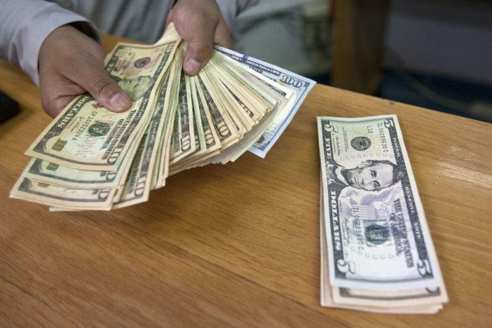 Ciudadano encontró 5 mil dólares y los entregó a la policía de la CDMX
