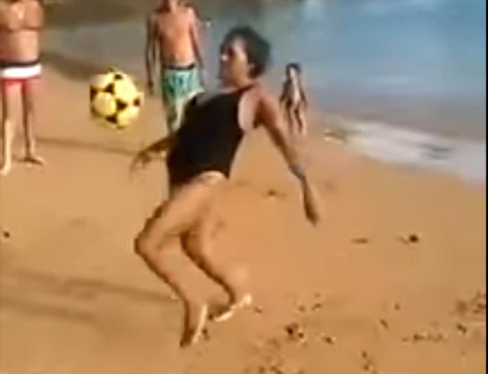 Abuelita brasileña se hace viral por dominar el balón como Ronaldinho. Foto: YouTube / Todo Todillo