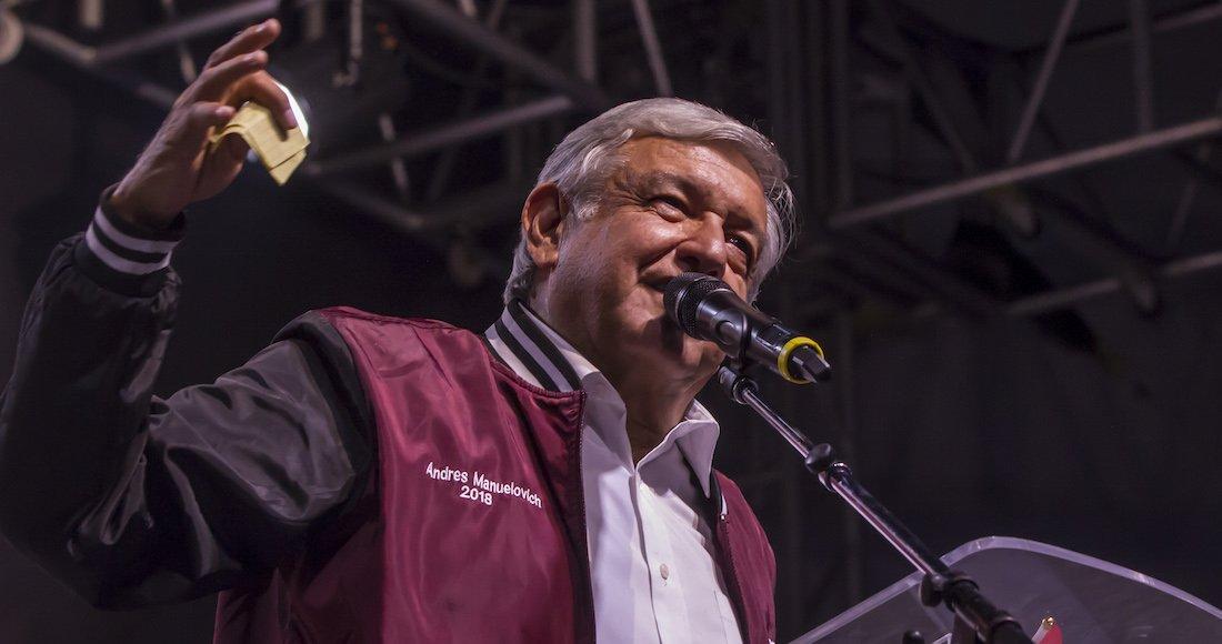 AMLO aparece en Tijuana con chamarra de Andrés Manuelovich